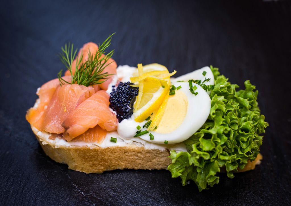 Obrázek - Chlebíček s uzeným lososem a kaviárem